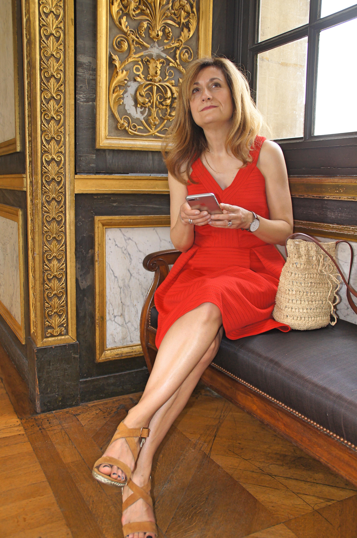 la petite robe rouge grain de malice en balade au louvre. Black Bedroom Furniture Sets. Home Design Ideas
