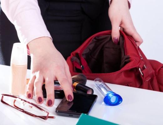 Le petit sac bandoulière est l'intermédiaire entre la besace et le traditionnel sac à main. C'est le format de sac idéal pour le quotidien. Il répond parfaitement aux attentes des personnes qui ne souhaitent pas s'encombrer et qui veulent se déplacer avec les mains libres. Vous pouvez le porter à l'épaule ou en travers, selon vos envies. Le petit sac bandoulière, c'est le modèle parfait pour la vie de tous les jours pour les personnes qui apprécient le style minimaliste et qui n'aiment pas les cabas et les sacs lourds. Dans cet article, découvrez les principaux avantages et les particularités de ce type de sac ainsi que quelques conseils pour bien choisir votre sac. Les particularités d'un sac bandoulière pour smartphone Un Mini Sac Bandoulière pour Smartphone - Forever Young est très prisé pour ses compartiments bien organisés pour votre essentiel. Muni de deux sangles, deux compartiments principaux et de fentes pour cartes, il vous permettra de transporter vos effets personnels en toute sécurité. Très pratique, ce type de sac vous permet de contenir tout ce dont vous avez besoin dans une journée : une trousse de maquillage, de l'argent, des lunettes, votre portable, votre chéquier, vos papiers d'identité, etc. Il vous permet ainsi de transporter en toute simplicité vos accessoires lors de manifestations sportives, de courses, de parcs d'attractions, de camping, de voyage, etc. Grâce à une lanière allant de l'épaule jusqu'aux hanches, le sac bandoulière procure un grand confort de port, étant donné que la masse portée est répartie entre le dos et les épaules. Outre cet aspect utile, ce type de sac constitue un véritable accessoire de mode. Particulièrement stylé, il s'associe avec un look élégant et soigné. Il peut donner du style à votre tenue et se porter en diverses occasions, en ville comme au bureau. Très tendance, le petit sac bandoulière se décline aujourd'hui en une large palette de styles et de coloris afin que chaque femme puisse choisir le modèle qui lui